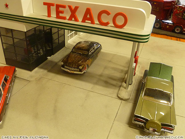 jabbeke-2013-texaco-gas-station-diorama-cars-by-erik-03-50-ford-shoebox