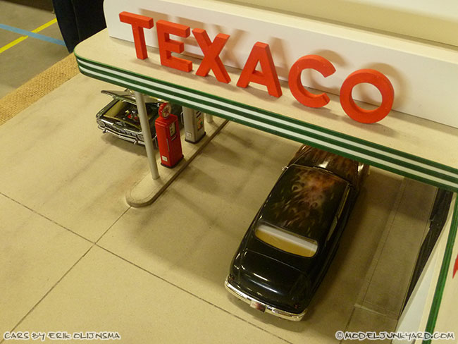 jabbeke-2013-texaco-gas-station-diorama-cars-by-erik-05-50-ford-shoebox