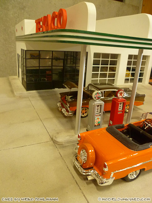 jabbeke-2013-texaco-gas-station-diorama-cars-by-heiko-02-55-56-chevy