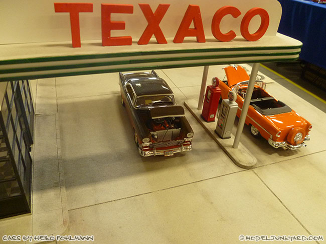 jabbeke-2013-texaco-gas-station-diorama-cars-by-heiko-03-55-56-chevy